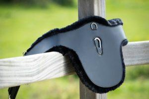 Sangle bavette HFI stud cuir/mouton synthétique